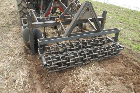 Cultibutte évolué ici avec un rouleau ''crosckicage'' permettant de défaire les mottes de terre