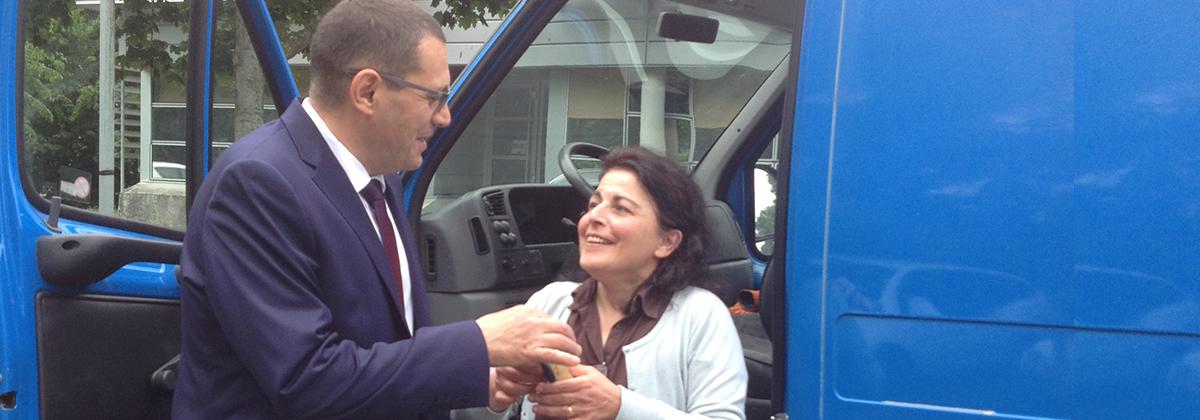 Fougères-sur-Bièvre, le 30 mai 2016. Un parrain de la Fondation RTE remet à l'association Les Bras Verts les clés d'un nouveau véhicule.