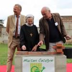La Mère Abbesse de la communauté des sœurs bénédictines, Patrick Le Gall et Patrice Léonowicz, posent la première pierre de la Maison Cocagne à Vauhallan, sur la plateau de Saclay
