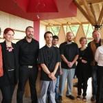 L'équipe en salle et en cuisine de l'auberge de Beubois, à Orbey, entourée (à gauche) de Nicolas Bourcart, directeur de l'Atre de la Vallée et (à droite) de Guyloup Botter, président de l'association.