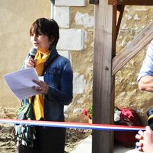 Vanessa Chapeau, présidente de l'association, coupe le ruban à l'inauguration de la maison Habit'âge