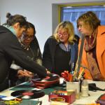 L'encadrante technique de l'atelier maroquinerie explique comment sont fait les sacs